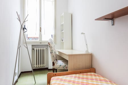 Small single room, heart of Bologna - Apartment