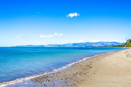 Earth Cabin, Beachfront Eco-Retreat, Golden Bay - Onekaka - Sommerhus/hytte
