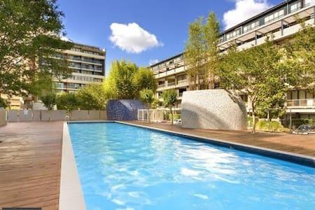 Queen room with ensuite, pool & gym, Alexandria - Apartamento