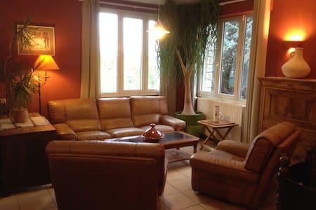 Maison spacieuse avec grand jardin près du centre! - Haus