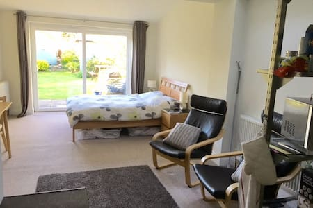 Self Contained Comfortable Studio - Yateley - Casa