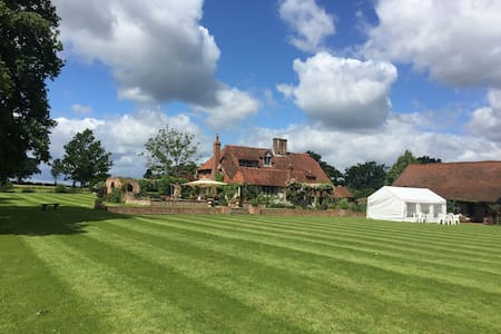 Lingfield Lodge Farm. 500 years old - Marsh Green - Bed & Breakfast