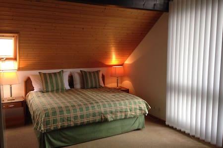 Large sunny attic room with bathroom en suite - Tannay