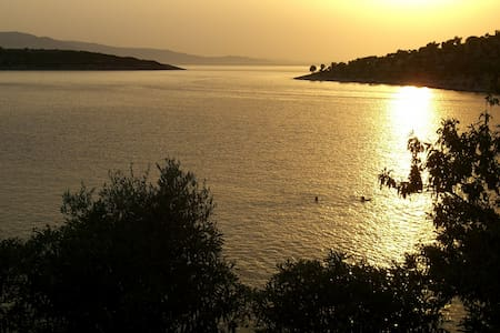 Old Olives Seafront Garden Flat, 2hrs from Athens - Daire
