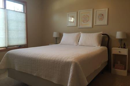 Private bed/bath minutes off I80 - Eldridge