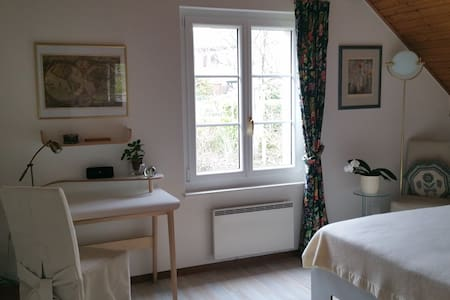 Cosy bedroom, 10 min walk to train. - Mont-sur-Rolle - House