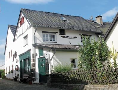 Gemütlich wohnen in der Eifel, Burgscheune Whg 1 - Dahlem - Apartment