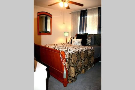 SW Suburb: Private Room> Spacious>Homey-ness>Wifi* - Bed & Breakfast