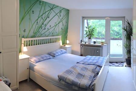 Kuscheliges Schlafzimmer mit Doppelbett im Haus - Munique - Complexo de Casas