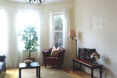 Quiet & Sunny Room Near Subway - Boston - Townhouse