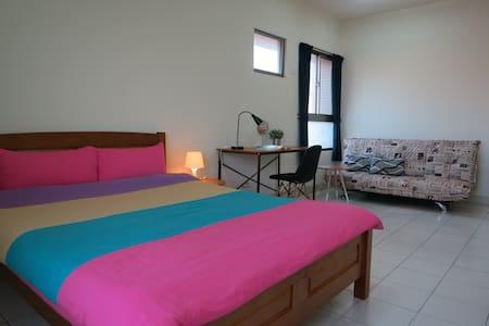 位於市區的陽光充沛旅人公寓,歡迎來自各地的朋友,一起體驗特別住宿感受! - Taoyuan District - Bed & Breakfast