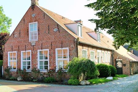 """5-Sterne Ferienwohnung """"Alte Pastorei"""" Loquard - Krummhörn - Apartment"""