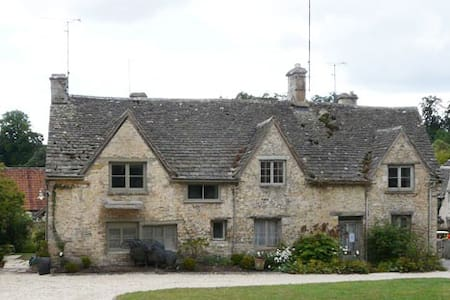 Bibury Grade II listed cottage on The Square - Bibury - Huis