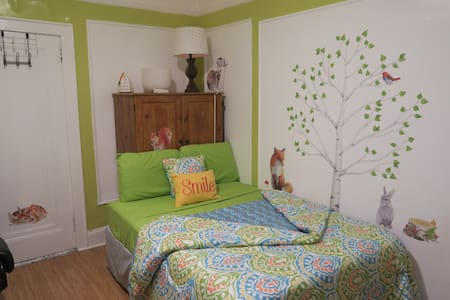 Bright, Cheerful Bedroom For Two Visiting NYC! - Ház