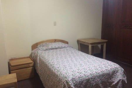 Cómoda habitación con baño privado - La Alameda - Cajamarca - House