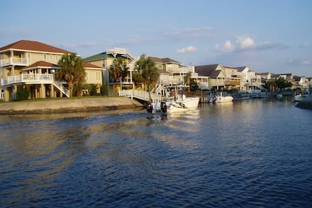 Charming Canal-Front Bungalow - Ocean Isle Beach - Bungalou