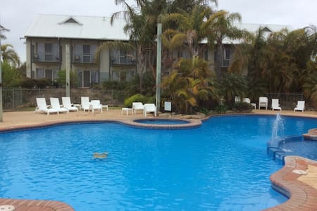 Relax by the pool or play some golf - Bunbury - Daire