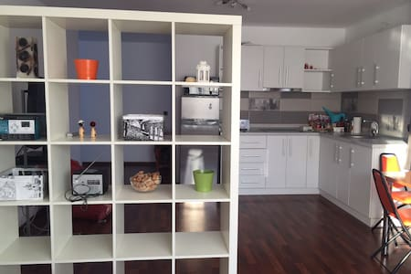 Modern Studio Apartment towards the airport - Pis