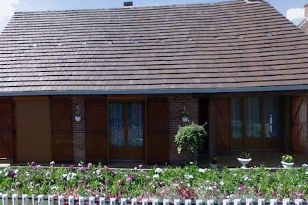 8places (maison) et+ (jardin-tentes) à 20mn Lille - Rumah