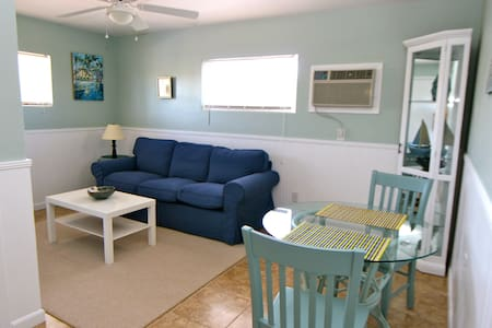 Renovated apts just a 2-minute walk to the beach! - Wohnung