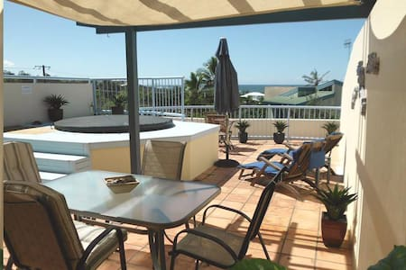 Beachfront with Private Rooftop Jacuzzi - Castaways Beach