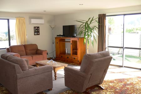 Its a large flat close to Wanaka ,private,ensuite - Lake Hawea - Appartement