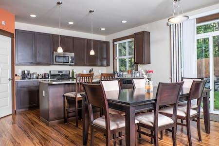 Bright quiet room in modern home - Bothell - Hus