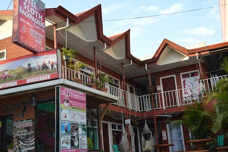 Hotel Sloth Backpackers B&B