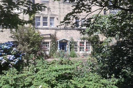 Robin Cottage, grade II listed, sleeps 4, central - Holmfirth