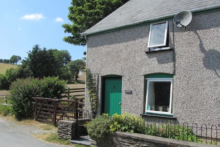 Lovely, quaint cottage with stunning views - Darowen - House