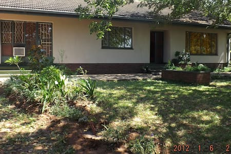 Mambo Backpackers - Victoria Falls - House