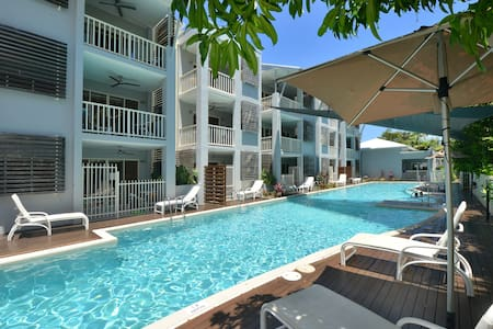 Poolside Paradise in prime location - Huoneisto
