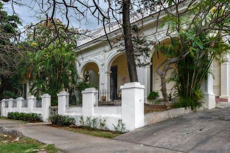 Classy neocolonial mansion in Miramar - Ház