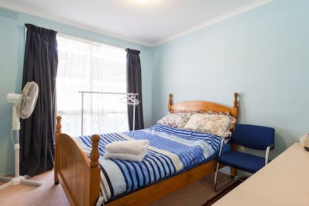 small and comfy . - Keysborough - House