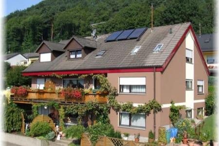 Schönes, helles Gästezimmer mit Burgblick (DU/WC) - Hus