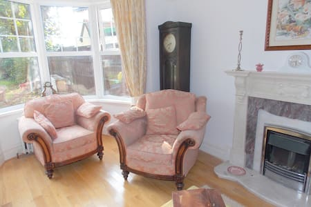 Period 5 bedroom house 5 mins walk to the sea - Frinton-on-Sea - House