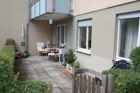 Erdgeschosswohnung mit einer grosse Terrasse - Esslingen am Neckar - Appartement