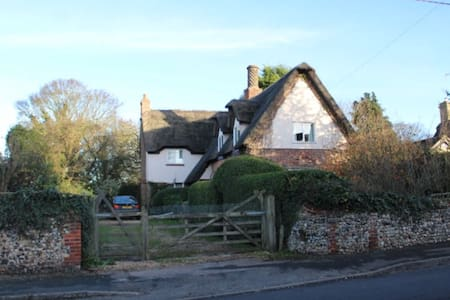 Beautiful Country Thatched Cottage (room 2) - Huis