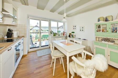 Ruhiges Apartement mit Küche, Bad + Sonnenterasse - Appartement