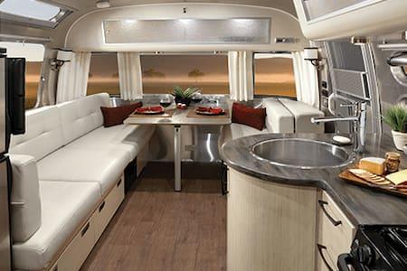 Like New 25' Airstream Serenity - Autocaravana