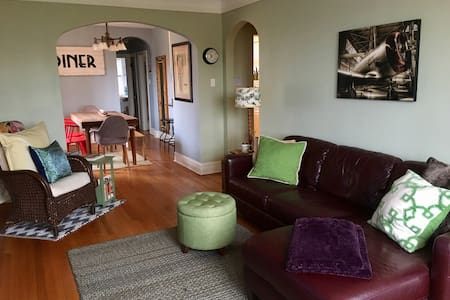 2 BR Traveler's Delight in Oak Park Village - Oak Park
