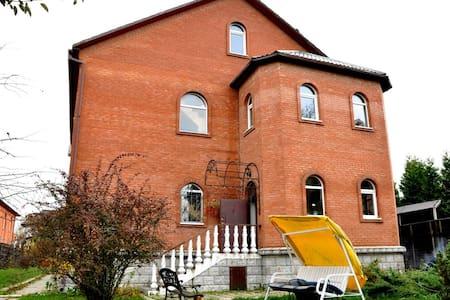 Великолепный трёхэтажный коттедж в природной зоне - Angelovo - Villa