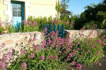 Chambre privée dans maison colorée avec jardin - Niort - Hus