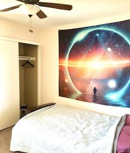 Quiet private bedroom and bathroom - Apartment