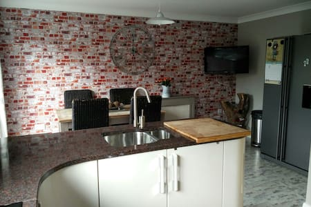 Modern, clean and spacious 4 bed house near metro - Hebburn - Rumah