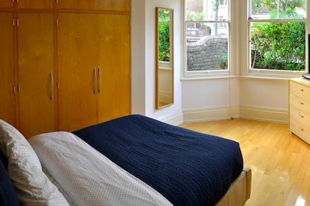 Light Spacious Double Room with Private Bathroom. - Apartment