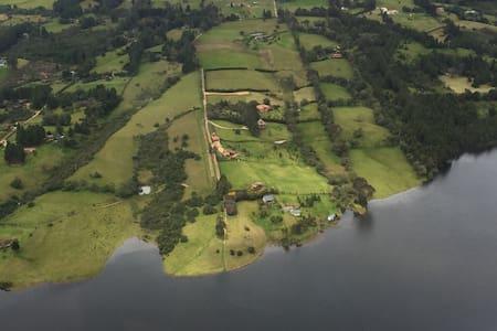 Cabaña en la represa del Sisga