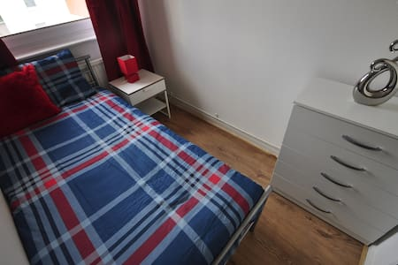 NICE ROOM FOR 1 IN MILE END(13ST-2)