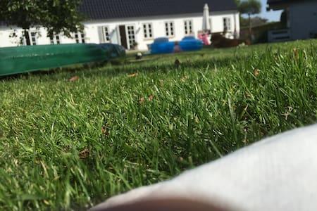 Idyllisk ejendom med stor have, nær Ribe & Esbjerg - Gredstedbro - Casa