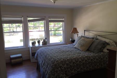 Queen bedroom for let - House